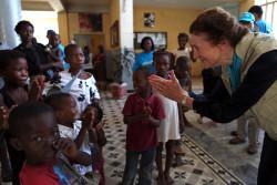 仮設住居となっている中学校で、被災した子どもたちと触れ合う様子。