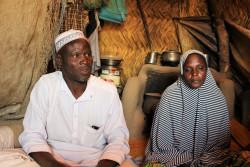 4人の娘がボコ・ハラムに拉致されたと話す父親のカディアさんと母親。