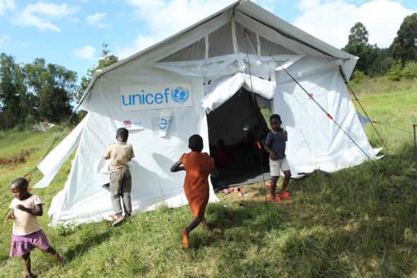 ジンバブエ東部のチマニマニに設置された、ユニセフ「子どもにやさしい空間」。子どもたちが遊んだり、学んだり、安心して過ごせる空間を提供している。