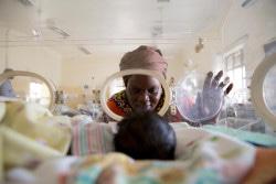 南スーダンの病院で、1,300グラムで生まれた孫を見つめる女性。母親は出産時の出血が原因で亡くなった。