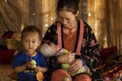 ベトナムの少数民族モン族の家庭で、2歳の男の子と生まれたばかりの赤ちゃんを抱える20歳の母親。