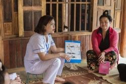 ベトナムの保健センターで、看護師から出産前/出産時のケアについて教わる女性たち。