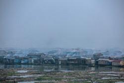 煙に包まれるナイジェリア・ラゴスの集落。