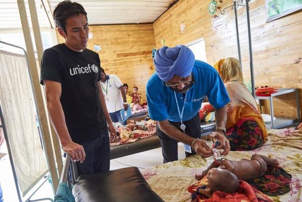 クトゥパロン難民キャンプに設置された、重度・急性栄養不良の子どもたちの治療施設を訪れた長谷部大使。こうした施設を拠点にした治療活動と共にユニセフが力を注いできた予防のための適切な母乳育児や離乳食の推進が実り、5歳未満の子の急性栄養不良の発症率は、約2年前の7%から1%に改善した。