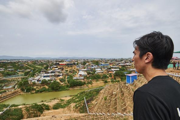クトゥパロン難民キャンプの高台に立つ長谷部大使。あまりにも広大なキャンプ全体を一望できる場所は無いという。このキャンプに住む人々は、2年前、キャンプ背後の遠方に見える山並みを越えて来た。