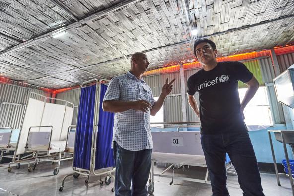 クトゥパロン難民キャンプに設置された、一日24時間稼働している保健センターを訪ねた長谷部大使。妊産婦や赤ちゃんの定期検診や簡単な疾患の治療、予防接種、分娩のための設備も備わっている。