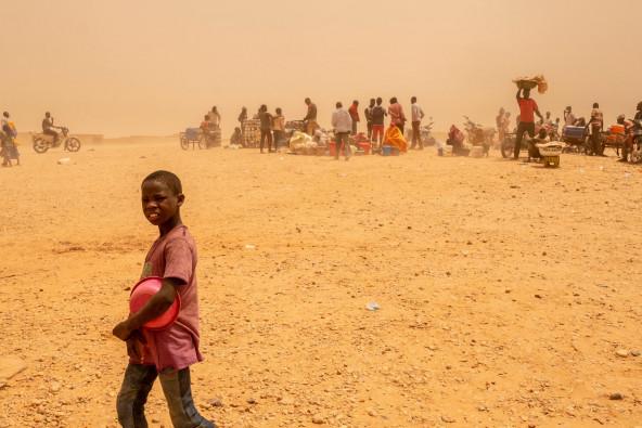 トランジット・センターに滞在するアルジェリアからニジェールに送られた男の子。(2018年撮影)