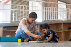 ECD(乳幼児期の子どもの発達)のプログラムを受ける2歳のセルバちゃん。