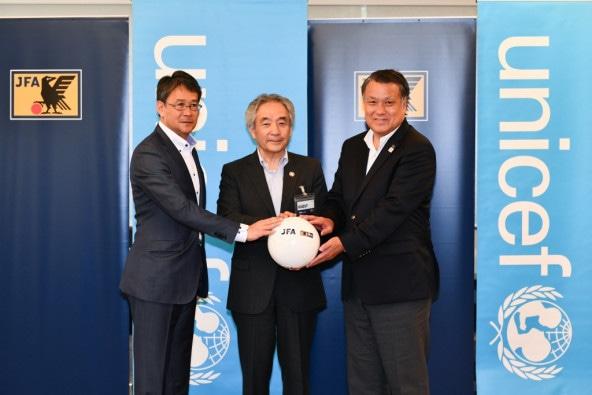 (右から)日本サッカー協会田嶋会長、日本ユニセフ協会専務理事早水、日本サッカー協会関塚 技術委員長。