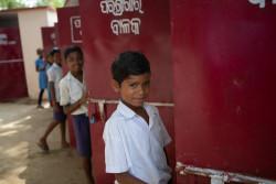 小学校のトイレを使う子どもたち(インド)