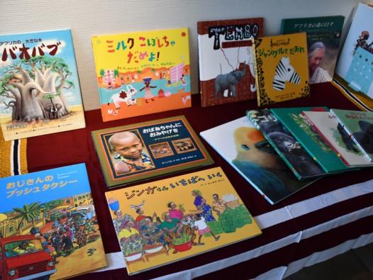 アフリカの歴史や動物、不思議なお話の本や絵本を100冊以上ご用意しており、手に取ってお読みいただけます。