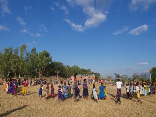 パロンベ県チレニ避難所 にある「子どもにやさしい空間」と呼ばれる安全な遊び場で遊ぶ子どもたち
