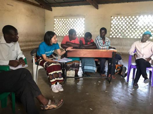 ゾンバ県にある避難所で、子どもの保護システムに関してコミュニティの人々に確認している様子
