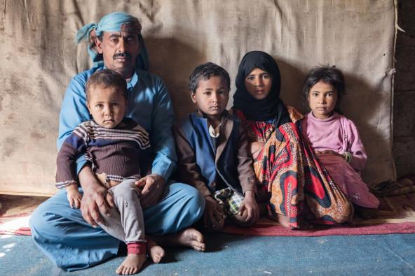 サナアの自宅で暮らす、ヤヒヤさんと子どもたち。子どもたちの母親は出産時の大量出血で亡くなった。