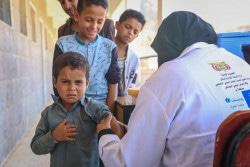 ユニセフが支援する予防接種キャンペーンで、はしかと風疹の予防接種を受けるイエメンの男の子。(2019年2月撮影)