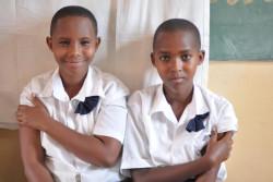 小学校でHPVワクチン接種を受けたルワンダの女の子たち。(2018年11月撮影)