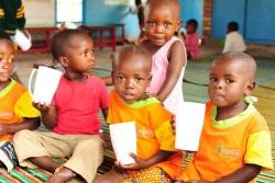 ルワンダのECDセンターで、栄養豊富なお粥の朝ごはんを食べる子どもたち。(2015年9月撮影)