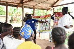 母親同士の支援グループの集会で、エボラの症状について説明を受ける様子。(2018年10月撮影)