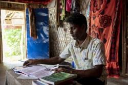 コックスバザールのロヒンギャ難民キャンプで暮らす18歳のウラーさんは、年齢的に学校に通う機会がなく、毎日独学で勉強をしている(2019年6月24日)