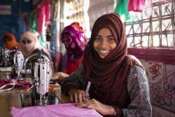 ミシンを使った裁縫の技能を学ぶロヒンギャ難民の15歳の女の子。