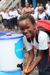 小学校で開催されたエボラ出血熱の啓発イベントで、手洗いを実践する8歳のリアーナさん。(2019年9月3日撮影)