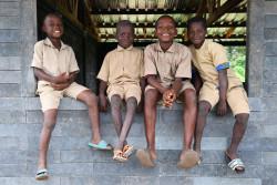 教室の窓枠に座るコートジボワールの子どもたち。(2019年8月5日撮影)