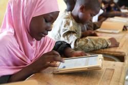 授業でタブレットを使用するニジェールの子どもたち。(2019年6月撮影)