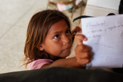 お医者さんに処方してもらった薬を手にするベネズエラの女の子。(2019年8月撮影)