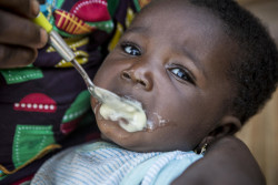 マリで微量栄養素パウダーの入った離乳食を食べる生後6カ月のシャトーちゃん。(2019年8月27日撮影)