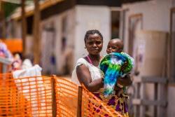 コンゴ民主共和国・ブテンボのエボラ治療センターで、生後10カ月の息子を抱く母親。(2019年3月撮影)