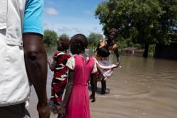 浸水した道を歩く人たち。