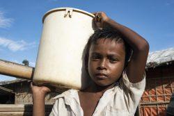 バングラデシュのクトゥパロン難民キャンプで、週に2回バケツに入れたほうれん草を売りに行く8歳のイドルスくん。(2019年6月撮影)
