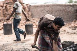 小学校1年生で学校を辞め、家族のために働くバングラデシュの13歳のアリエフルくん。(2016年4月撮影)