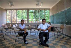 ホンジュラスで友人の自殺にショックを受ける17歳のホセリンさん(左)と16歳のダーウィンさん(右)。(2018年8月撮影)