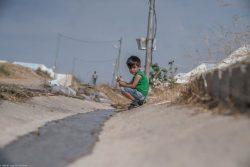 シリア北東部からイラクの難民キャンプに避難してきた6歳のアフメドくん。(2019年10月21日撮影)
