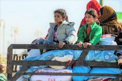 暴力から逃れるため、最低限の生活必需品のみ持ち移動する家族。(2019年10月15日撮影)