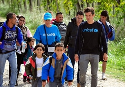 子どもたちと一緒に歩くオーランド・ブルーム親善大使。