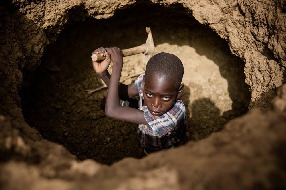 金鉱山で働く子どもたち金鉱山で働く子どもたち